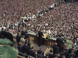 """Vom 23. bis 26. Juni 1963 besucht der Präsident der USA, John F. Kennedy, zum ersten Mal die Bundesrepublik Deutschland. Zum Abschluß seiner Reise besucht er Berlin-West. Im Bild: Vor dem Schöneberger Rathaus spricht Präsident Kennedy zu der Bevölkerung. Mit den den Worten """"Ich bin ein Berliner"""" bekräftigt er das Engagement der USA für ein freies Berlin (West)."""